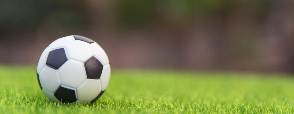 Fußball auf dem Rasen 1024x399